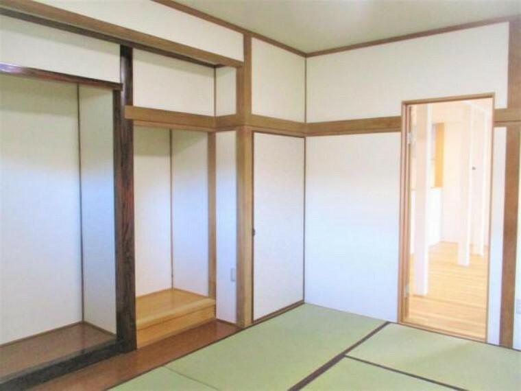 和室 【リフォーム済】1階リビング奥の約8帖の和室です。畳は表替えし、ふすまを張り替えました。お庭にも直結しているので、縁側のように使うこともできますよ。