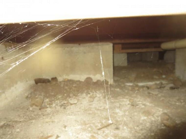 構造・工法・仕様 中古住宅の3大リスクである雨漏り、主要構造部分の欠陥や腐食、給排水管の漏水や故障を2年間保証します。その前提で、床下まで確認の上でリフォームし、シロアリの被害調査と防除工事を行いました。