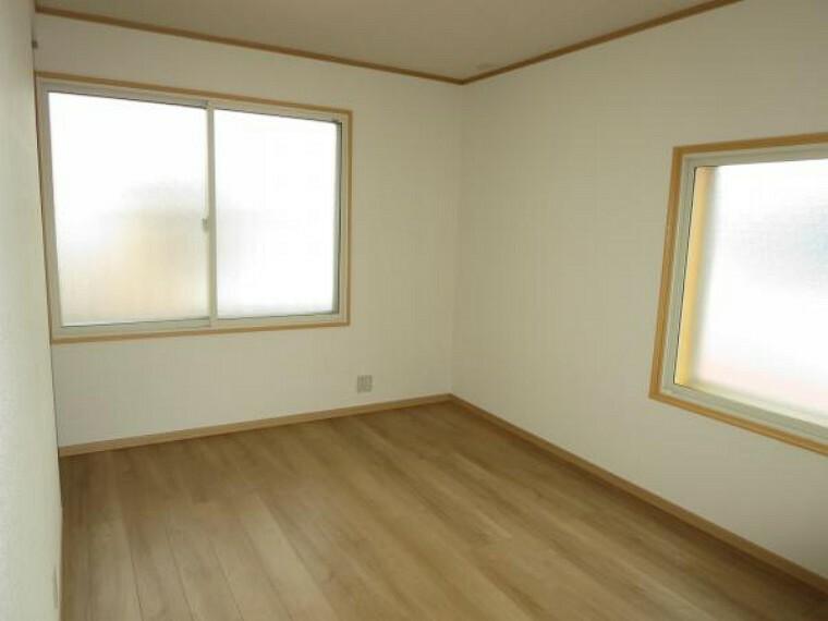 洋室 【リフォーム済】2階6帖の洋室は、床、クロスの貼替、内サッシの取り付けしました。押入も使いやすいクローゼットにリフォームしました。