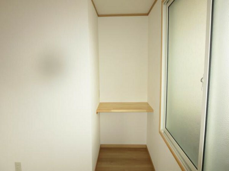 【リフォーム済】2階6帖の洋室にデスクカウンターを設置しました。コンセント工事済ですので、デスク照明も使用可能です。
