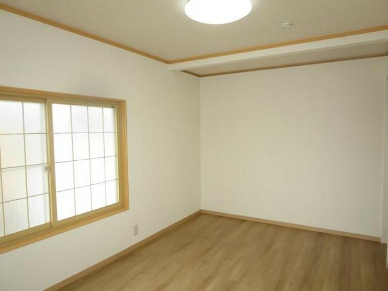 【リフォーム済】2階7.5帖の洋室は、和室から洋室にリフォームしました。床・クロスの貼替、クロゼット設置、照明交換しました。南側に窓があり、明るい部屋になりました。