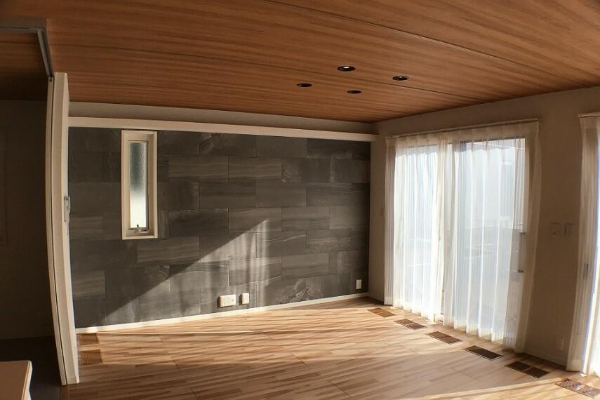 居間・リビング No.2_リビング(撮影_2021年2月)壁面は装飾タイル仕上げ。木調天井と調和し、高級感を演出します。エアファクトリー(高性能3層フィルター付き第一種換気システム)を装備します。