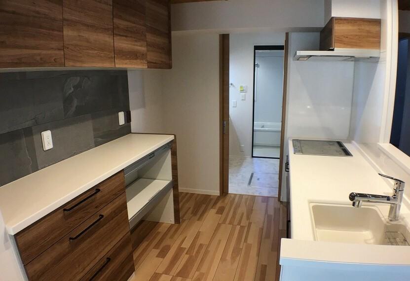キッチン No.2_キッチン(撮影_2021年2月)対話式キッチンは洗面所と直結。家事動線が便利です。食器洗い機やIHクッキングヒーターが付きます。