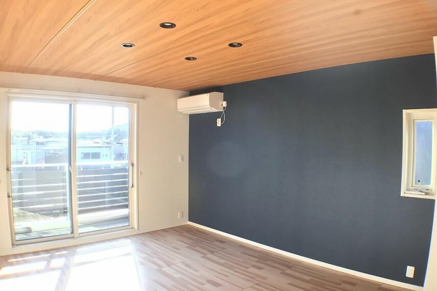 寝室 No.2_主寝室(撮影_2021年2月)8.4畳の主寝室の天井はLDKと同じ木調仕上げ。アクセントクロスと共に高級感を演出します。南向きの明るいお部屋で空調も付いています。