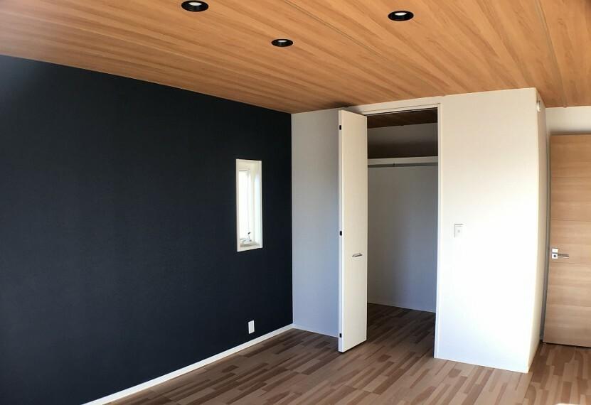 寝室 No.2_主寝室ウォークインクローゼット(撮影_2021年2月)1.6畳のクローゼットの他、2階ホールには1.1畳の納戸もあり、収納に便利です。