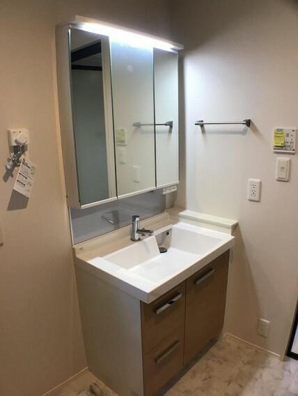 洗面化粧台 No.2_洗面所(撮影_2021年2月)洗面所は玄関ホールからもキッチからもアクセスできます。収納付き三面鏡は明るいLED照明付きです。