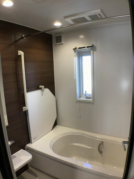 浴室 No.2_浴室(撮影_2021年2月)シックな木調アクセント壁。バリアフリータイプで手すりもたくさん。断熱フタ、浴室暖房乾燥機も装備します。