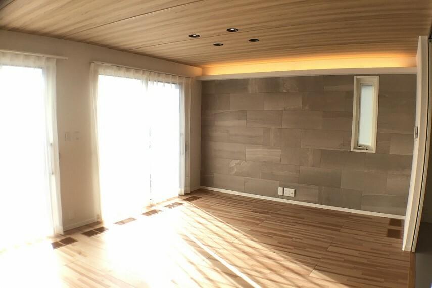 居間・リビング No.3_リビングダイニング(撮影_2021年2月)16.7畳のLDKです。壁面装飾タイルにおしゃれな飾り照明が付きます。夏も冬も対応できる快適エアリー(通年型空気調節システム)装備です。