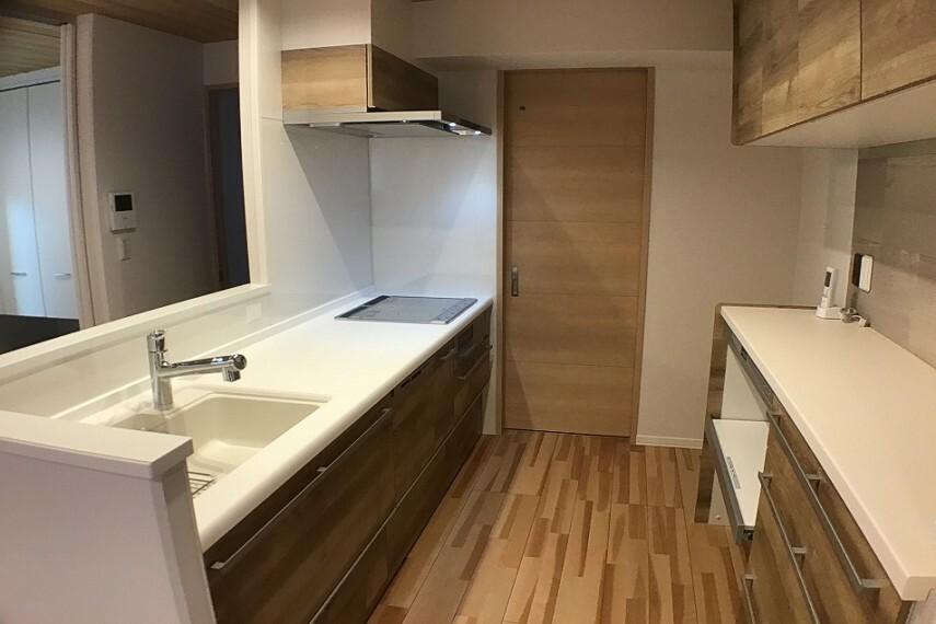 キッチン No.3_キッチンカップボード(撮影_2021年2月)キッチン背面にはカップボード装備です。優しい木目調の扉はインテリアにマッチします。扉の向こうは洗面所です。