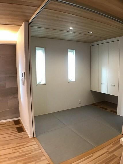 和室 No.3_タタミルーム(撮影_2021年2月)リビングに隣接する3.7畳のタタミルームです。フラットタタミが内装にマッチします。L型スライディングウォールで閉じることもできます。お昼寝部屋やお客様寝室にご利用ください。