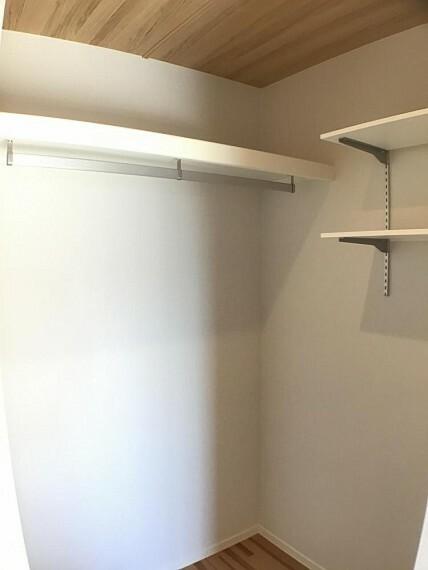 収納 No.3_主寝室ウォークインクローゼット(撮影_2021年2月)1.6畳のウォークインクローゼット。ハンガーパイプのほかに可動棚もあり小物整理にも便利です。