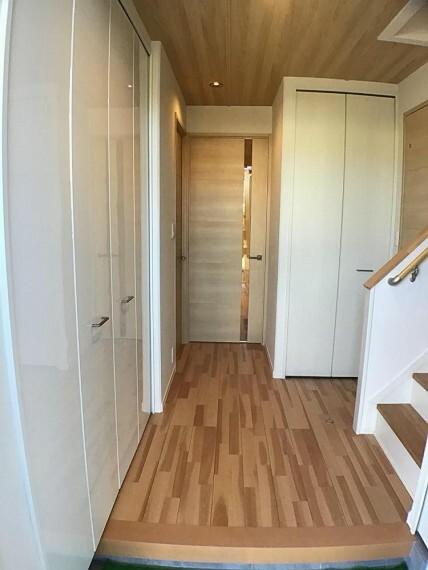 玄関 No.3_玄関ホール(撮影_2021年2月)大型シューズボックスの他にコートなども掛けられる収納付き。玄関扉には電子キーが付きます。