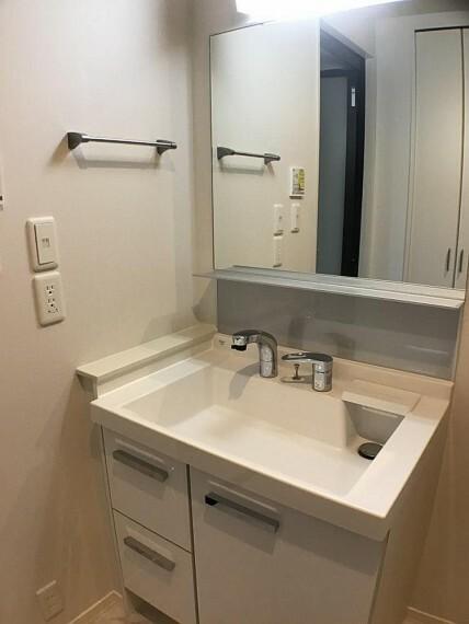 洗面化粧台 No.3_洗面所(撮影_2021年2月)洗面所は玄関ホールからもキッチンからもアクセスできます。背面にはリネン庫もあります。