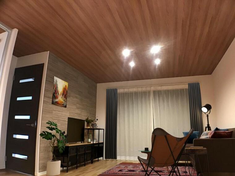 居間・リビング NO.9_リビング(撮影_2021年1月)※一部CG加工有。 高級感あふれる装飾タイルの壁と木調仕上げの天井。南の大型開口は広いお庭につながります。快適エアリー装備で夏も冬も快適です。