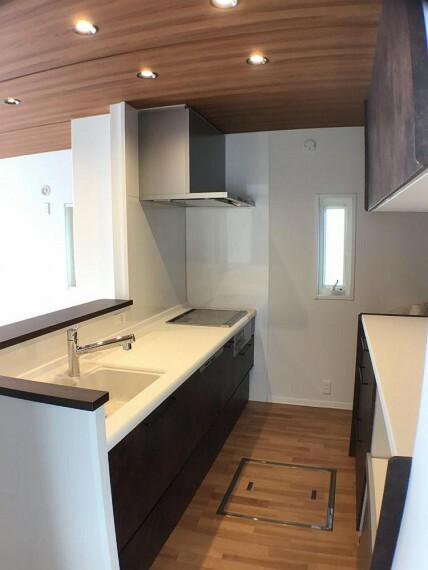 キッチン No.9_キッチン(撮影_2021年2月)対話式キッチンは落ち着いたカラーで統一しました。背面カップボードは吊り戸付きです。