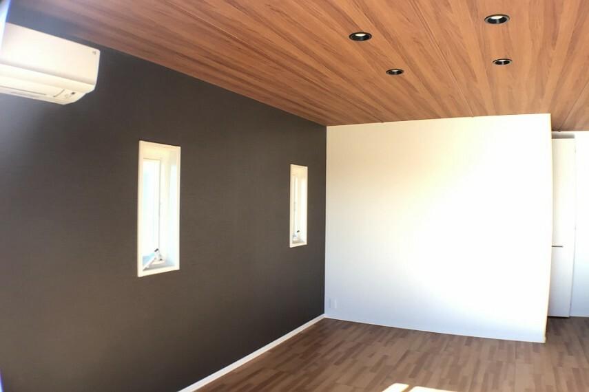 寝室 No.9_主寝室(撮影_2021年2月)バルコニーに面する開放的な主寝室は8.5畳です。木調仕上げの天井はLEDダウンライト装備で高級感があります。空調も付いています。