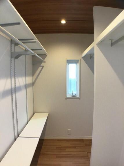 収納 No.9_主寝室ウォークインクローゼット(撮影_2021年2月)2.2畳の広さです。両壁面にハンバーパイプがあり、さらに小物置きに便利な可動棚もあります。
