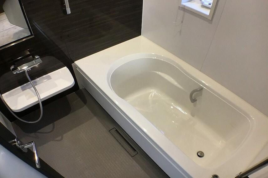 浴室 No.9_浴室(撮影_2021年2月)1坪タイプのバリアフリーバス。シックな内装です。手すりや腰掛スペースなど安全面に配慮しました。浴室乾燥暖房機付きです。