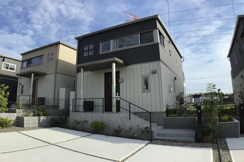 現況外観写真 No.2_外観(撮影_2021年6月)4.8キロワットの太陽光発電システム装備で家計に優しい住宅です。外装はすべて高耐久タイル仕上げで再塗装など不要です。