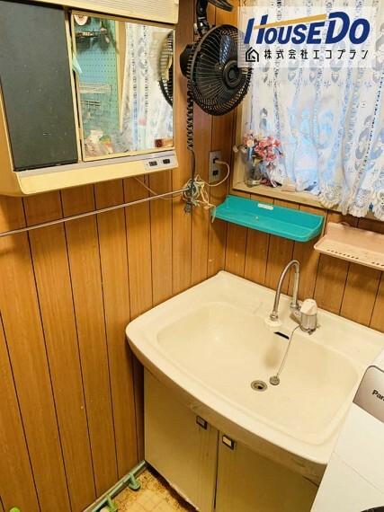 洗面化粧台 ゆとりの洗面スペースで、 朝の支度とお洗濯が重なっても大丈夫  混み合う朝の時間もゆっくり用意できますね!