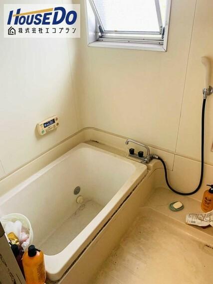 浴室 窓があり換気もばっちり  防カビ対策にもなり、カビ臭くならずに清潔ですね! 圧迫感なく、明るく開放的な空間なのでお風呂好きさんにはもってこいです