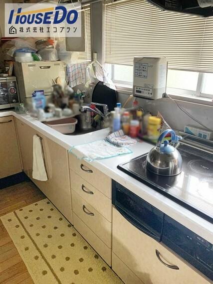 キッチン 壁付けキッチンで、お部屋のスペースを無駄なく活用できます  サイズと動線は主婦目線で確認してください  収納も沢山あるので、今のお家と比べてください!
