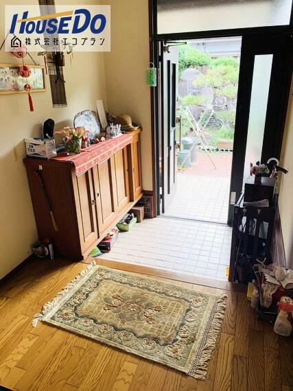 玄関 玄関には収納スペースもあり、 ご家族みんなの履物がすっぽり入ります  棚の下に広いスペースもあるので、 季節物の履物などしまっておけますね!