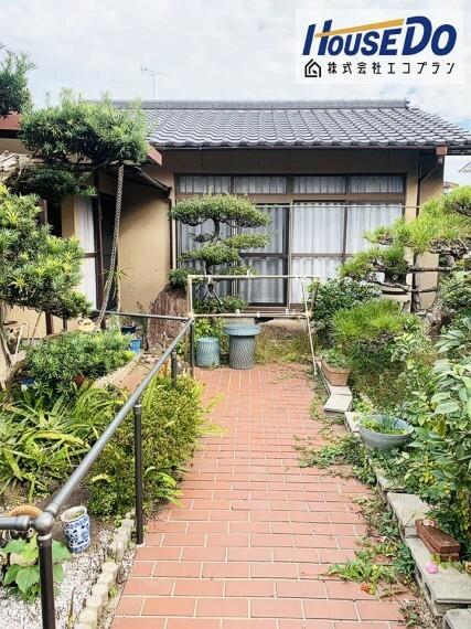 庭 広いお庭には転倒防止に手すりが付いています! 滑りやすくなる雨の日にも安心ですね!