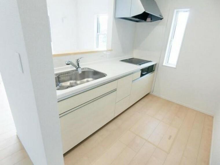 キッチン 3口IHクッキングヒーター、浄水機能付き水栓、床下収納等が標準設備のシステムキッチンです。