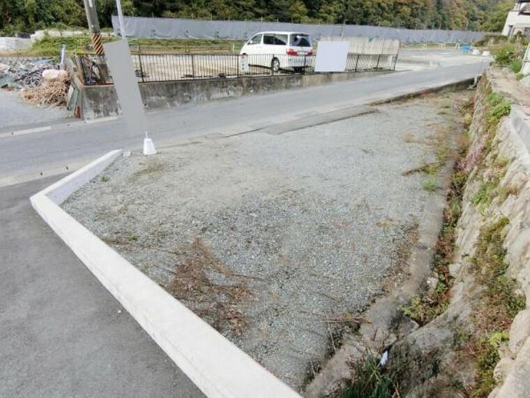 駐車場 建物を含む敷地とは別に敷地があり駐車スペース等多目的に使用できます。