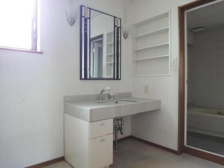 洗面化粧台 ワイドな鏡と洗面のついた広々パウダールーム。