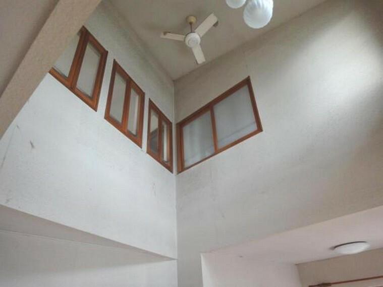 居間・リビング 2階居室とのつながりを感じさせる吹抜け。気持ちにも広がりを与えてくれます。