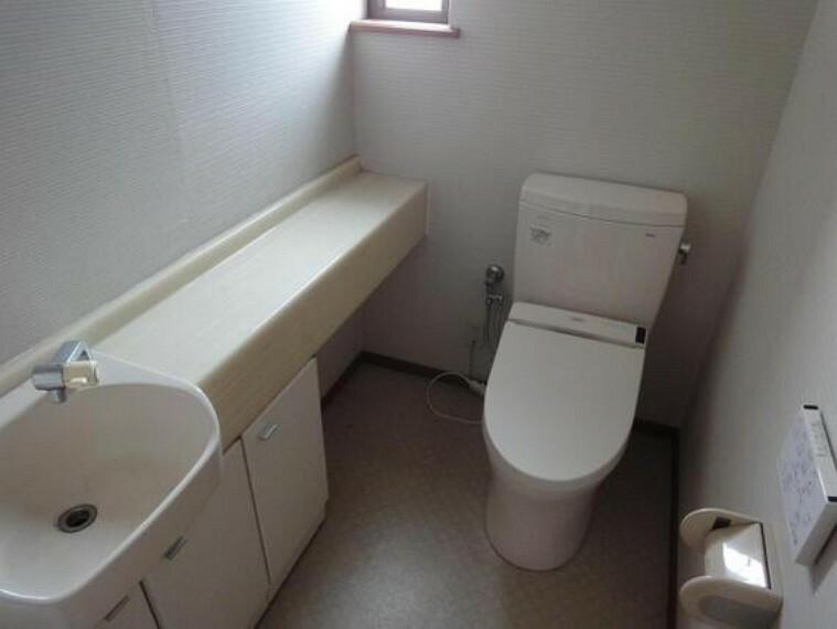 トイレ 便利な手洗いカウンター付の2Fトイレ。