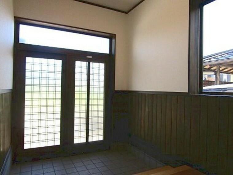 玄関 採光ドアを採用しており、明るい玄関です。