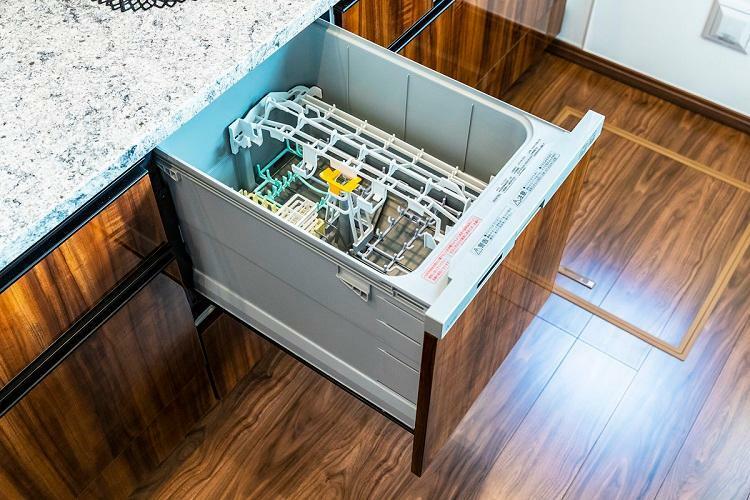 食器洗い乾燥機(参考写真) 家事の負担を軽減するビルトインタイプの食器洗い乾燥機を全戸に装備。多くの食器が一度に洗えて、大幅な節水も期待できます。