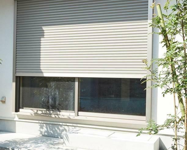 防犯設備 電動シャッター(参考写真) 1階の掃き出し窓部分の安全性を確保するため、防犯用の電動シャッターを採用。障害物に当たると停止・反転する安全機能付。