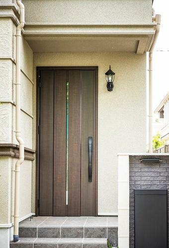 玄関 システムキー式玄関ドア(参考写真) リモコンキーをバッグなどに入れておけば、近づくだけで解錠が可能です。荷物で手がふさがっている時にも便利です。