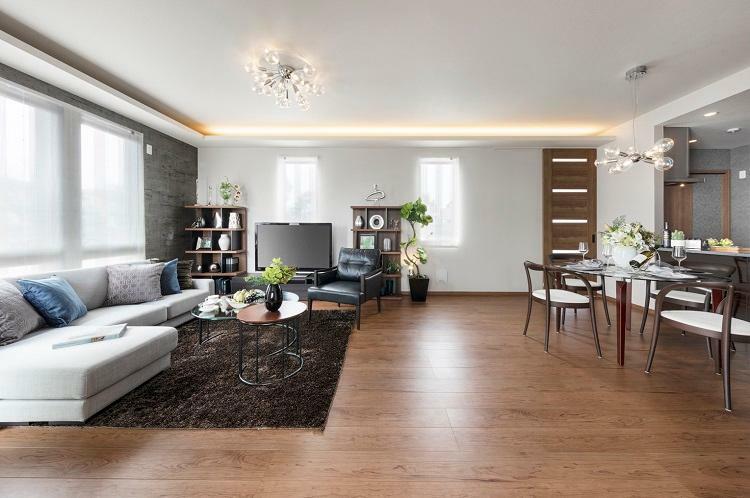リビングダイニング リビングダイニング・キッチン ゆとりのリビング空間はお好きな家具レイアウトを可能にします。2号棟 2020年12月撮影(家具・調度品は販売価格には含まれません)