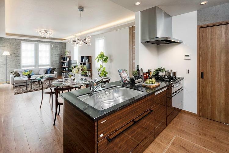 キッチン 美しさと機能性を持ち合わせたシステムキッチン。2号棟 2020年12月撮影(家具・調度品は販売価格には含まれません)