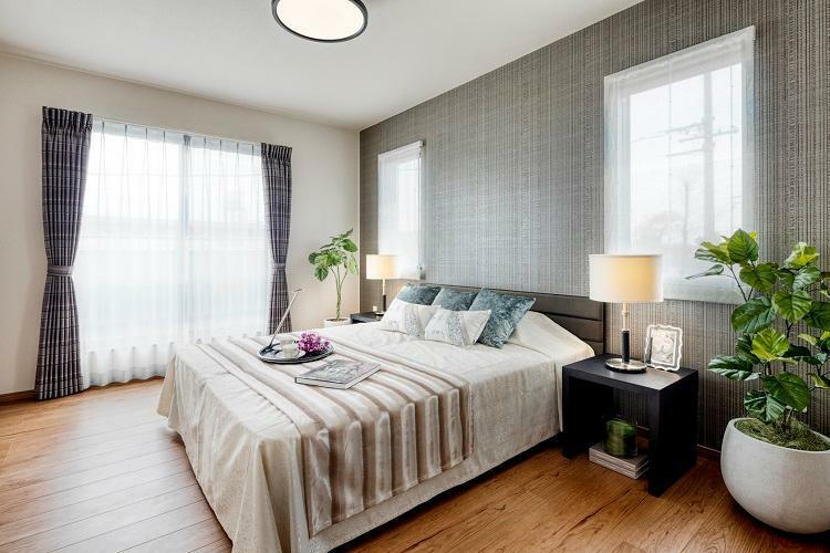 寝室 主寝室は落ち着きのある上質な空間を演出。2号棟 2020年12月撮影(家具・調度品は販売価格には含まれません)