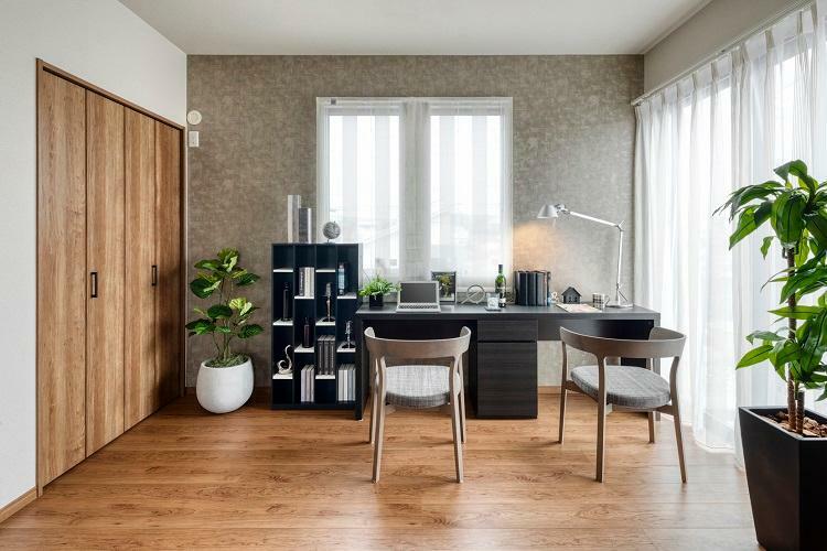 洋室 リビングと一体利用可能な1階洋室。リモートワークのスペースとしてもご利用いただけます。2号棟 2020年12月撮影(家具・調度品は販売価格には含まれません)
