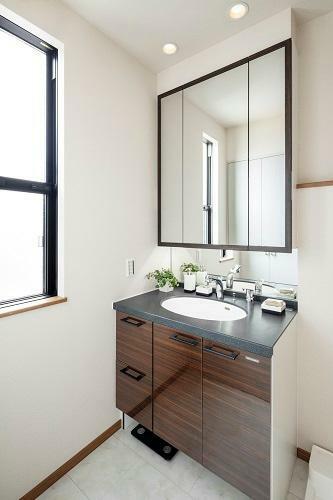 洗面化粧台 洗面化粧台 使いやすい収納付ですっきりキレイにお使いいただけます。2号棟 2020年12月撮影(家具・調度品は販売価格には含まれません)