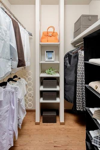 ウォークインクロゼット 洋服はもちろん、バッグや帽子など細かいものまでしまえる可動棚付。(一部棟除く。形状、大きさ等棟により異なります)2号棟 2020年12月撮影(家具・調度品は販売価格には含まれません)