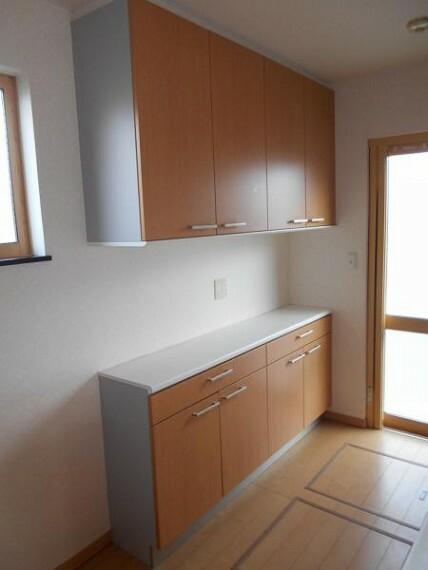 キッチン 【カップボード】食器や調理器具の収納にも便利なカップボード付き。