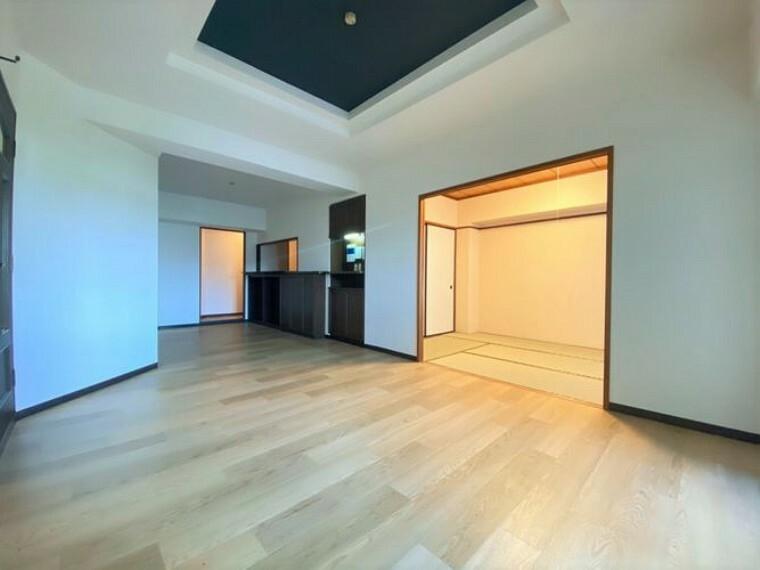 居間・リビング リビングと和室は隣接しているので、一体利用で広々お使いいただけます。