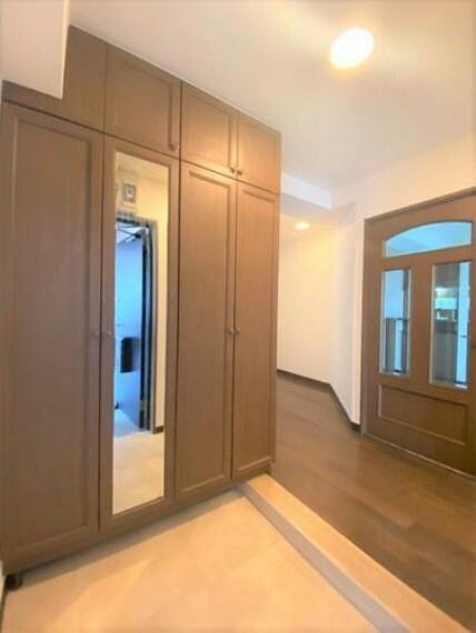 玄関 大容量の下駄箱には全身鏡もついており、お出かけ前に身だしなみが整えられます!