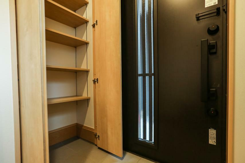 玄関 土間収納は季節ものの靴やアウトドア用品などを、すぐ出し入れでき便利です。(1号棟)