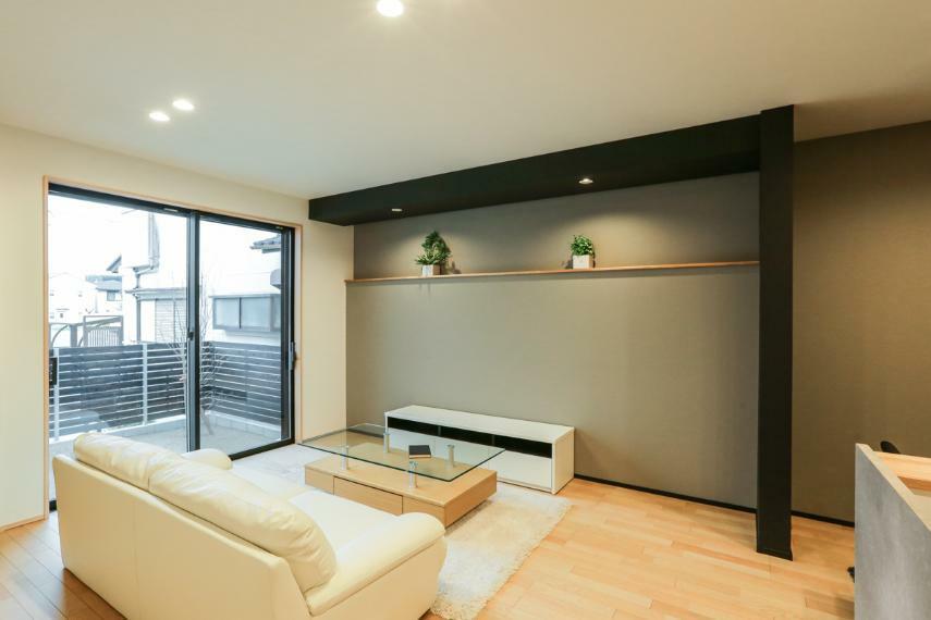 居間・リビング 造作カウンターやダウンライト・アクセントクロスなど、意匠にこだわりが見られるリビング空間。(1号棟)