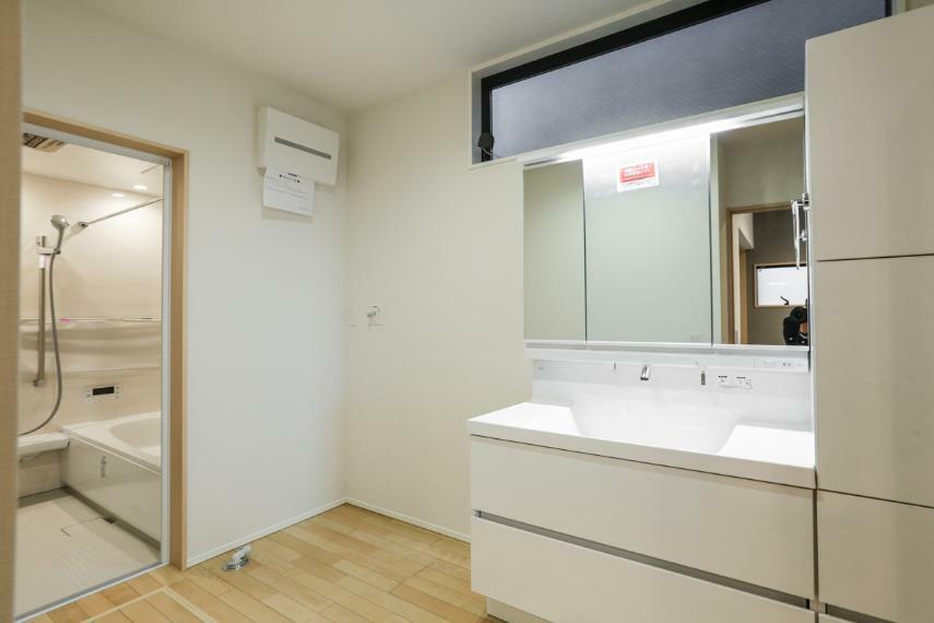 洗面化粧台 3.2帖の広い洗面室は家族で使う忙しい朝もゆったり使用できます。(1号棟)