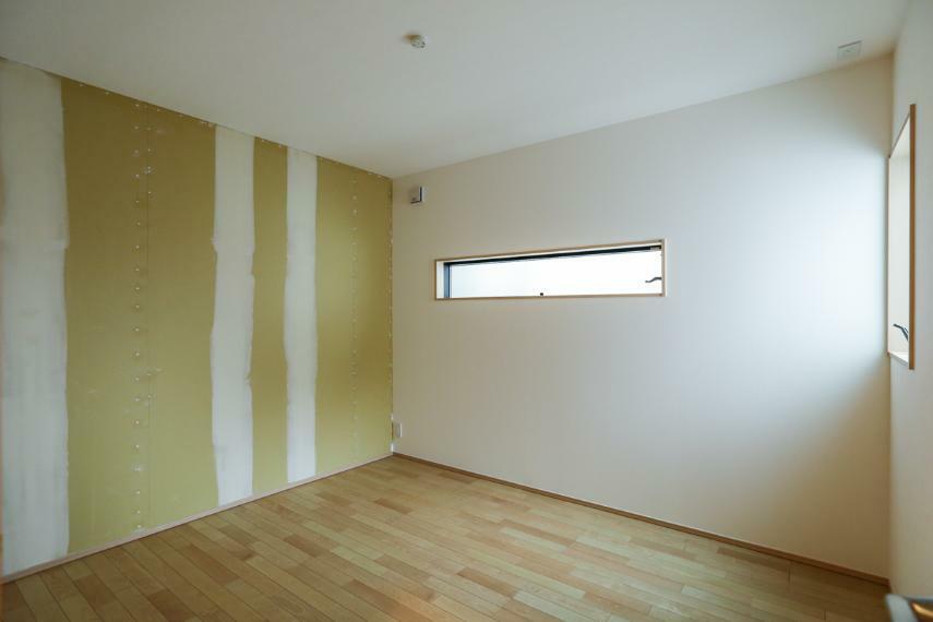 洋室 2Fは全室2面採光で日当たり・風通し良好です。(クロス未施工・お好きなクロスをお選び頂けます)(1号棟)